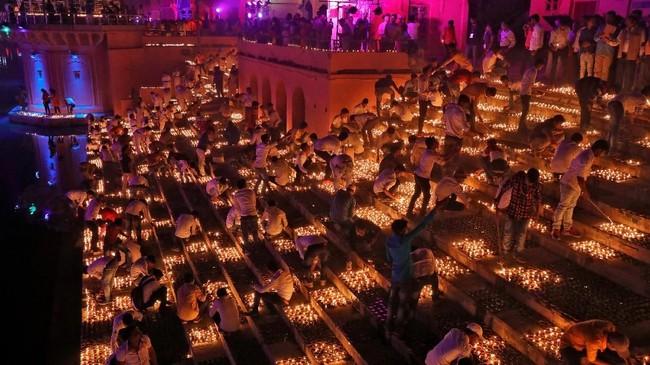 Pemeluk agama Hindu di India merayakan Diwali dengan penuh kesungguhan. Ini adalah festival yang melambangkan menangnya kebaikan di atas keburukan. (REUTERS/Pawan Kumar)