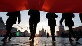 Peserta berjalan saat digelarnya persiapan pawai militer untuk mengenang parade bersejarah pada 1941, ketika prajurit Uni Soviet maju ke medan pertempuran Perang Dunia II. (REUTERS/Maxim Shemetov)