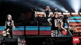 Guns N Roses membuat penonton bernyanyi bersama dalam megahit 'Sweet Child O' Mine', 'Paradise City', 'Don't Cry' dan tentu, 'November Rain'. (CNN Indonesia/Andry Novelino)