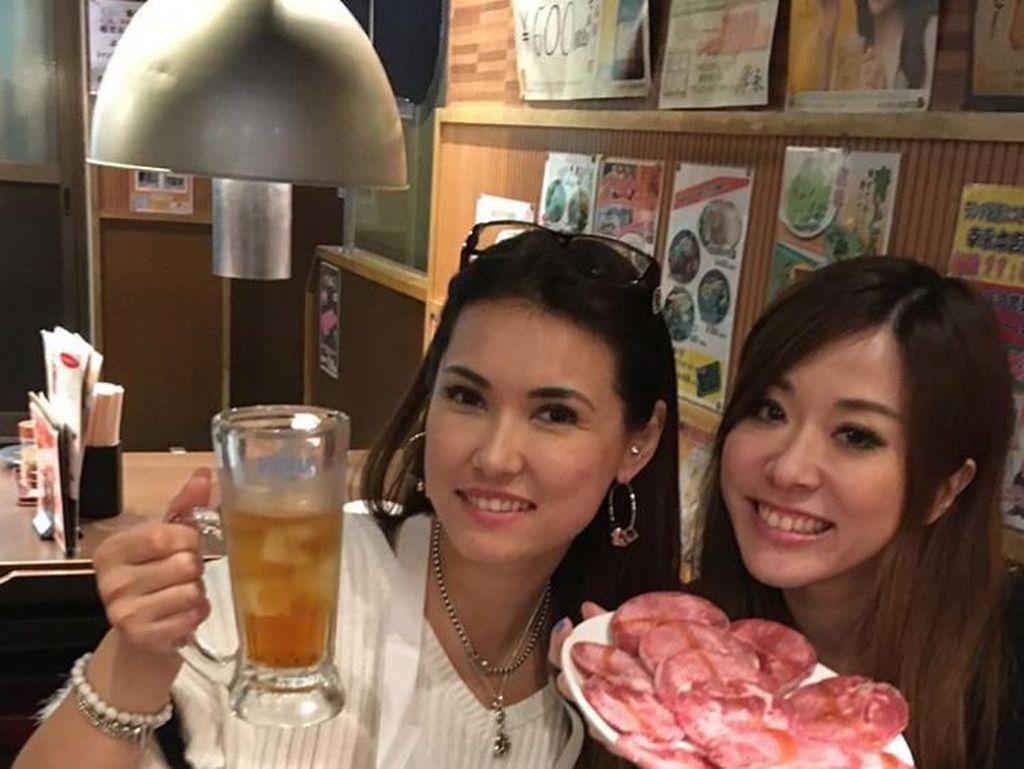 Makan malam di wilayah Shinjuku, Miyabi pilih menu yakiniku grilled. Dengan segelas bir dingin, bersama teman-teman terdekatnya. Foto: Instagram @maria.ozawa