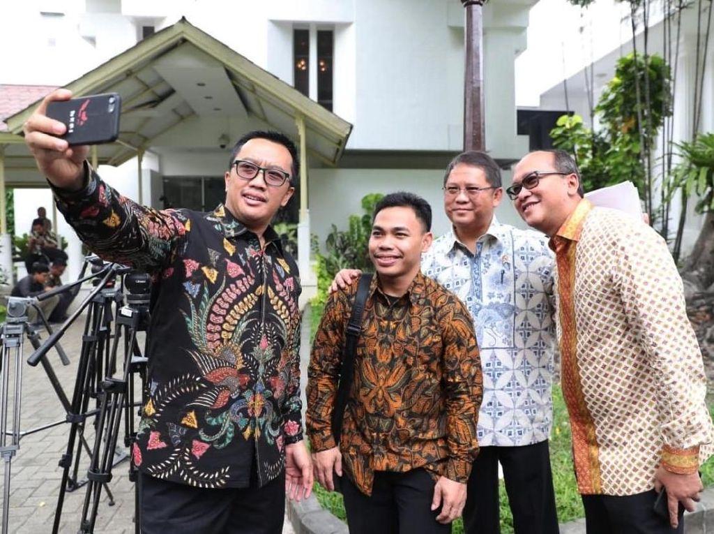 Menpora Imam Nahrawi berfoto bersama Eko usai bertemu dengan Presiden Joko Widodo di Istana Merdeka, Jakarta. Dok. Humas Kemenpora.
