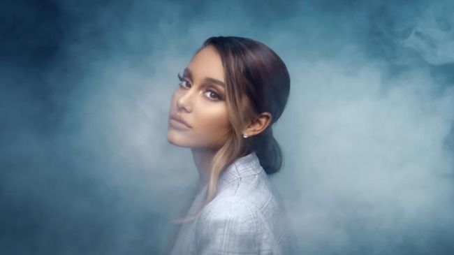 Ariana Grande Dipenuhi Kegelisahan dalam Video 'Breathin'