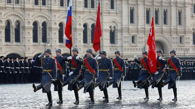 Pasukan Rusia membawa panji-panjir Rusia dan Uni Soviet saat parade peringatan 'Pertempuran Moskow. (REUTERS/Maxim Shemetov)
