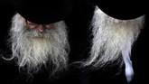 Pria berdoa di kuburan Lubavitcher Rebbe di pemakaman di Queens, New York, Amerika Serikat. (REUTERS/Andrew Kelly)