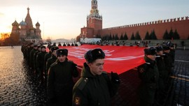 FOTO: Derap Tentara Merah Soviet Saat Parade 'Palagan Moskow'