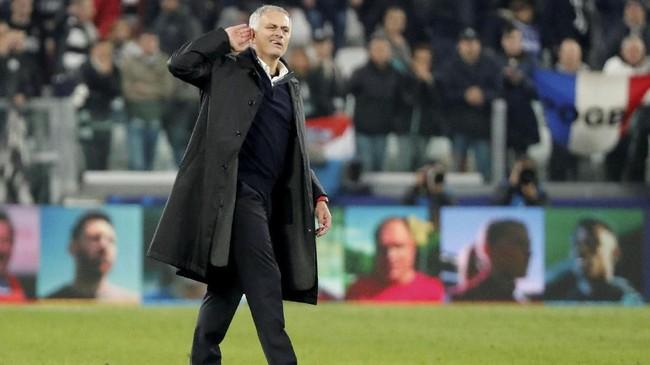 Jose Mourinho membalas ejekan pendukung Juventus dengan menempelkan tangannya ke telinga di akhir laga. (REUTERS/Stefano Rellandini)