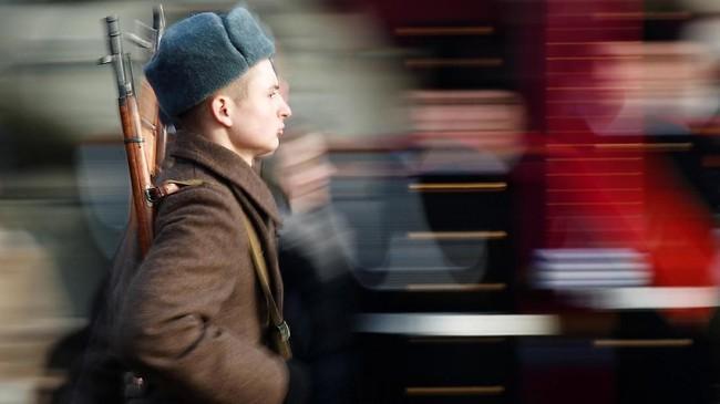 Perwakilan militer Rusia di Moskow, Mayor Sergei Sobyanin mengatakan Parade 1941 dilakukan setiap tahun sebagai sarana pembelajaran sejarah bagi rakyat Negeri Beruang Merah. (REUTERS/Maxim Shemetov)