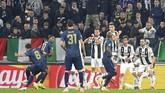 Empat menit jelang bubar, Manchester United berhasil mencetak gol balasan lewat Juan Mata. Tendangan bebas Mata mendarat di pojok kanan atas gawang Juventus. (REUTERS/Massimo Pinca)
