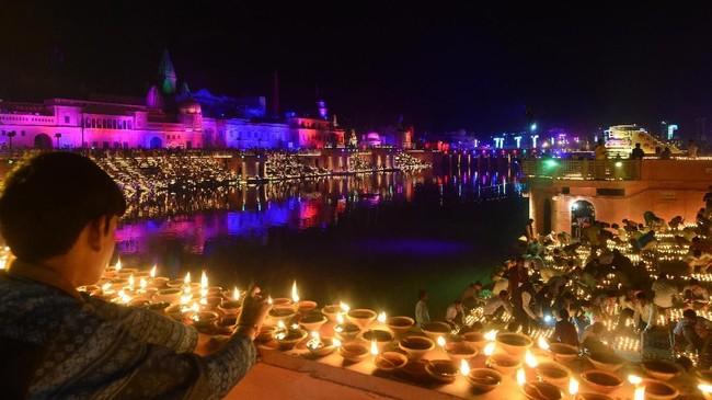 Selain lampu dan lampion, para pemeluk Hindu di India umumnya juga menggunakan lampu minyak tradisional yang dibuat dari tanah liat, yang biasa disebut sebagai 'diya'.(Photo by SANJAY KANOJIA / AFP)