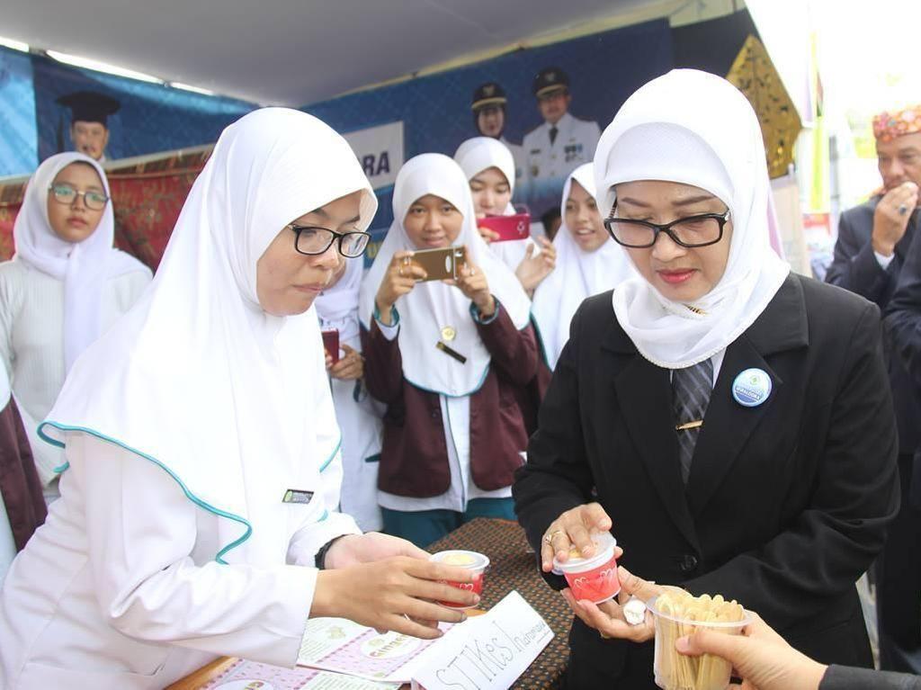 Oktober tahun lalu, ia juga mencicip kreasi es krim rasa unik milik mahasiswi STIKES Indramayu. Ya, es krim rasa jahe! Foto: Instagram annasophanah