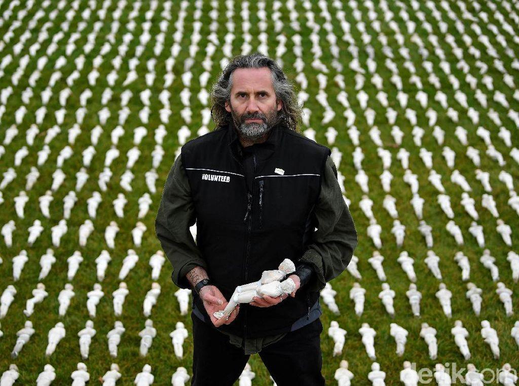 Rob Heard merupakan seniman asal Inggris yang menciptakan instalasi bertajuk Shroud of the Somme. Ia menyelesaikan puluhan ribu patung tersebut dalam waktu 6 bulan. REUTERS/Toby Melville.