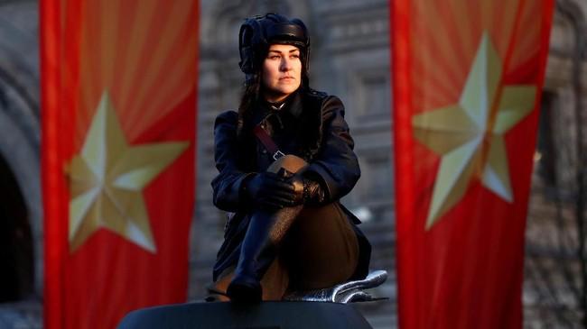 Di Moskow, seorang peserta duduk saat digelarnya persiapan pawai militer untuk mengenang parade bersejarah pada 1941, ketika prajurit Uni Soviet maju ke medan pertempuran Perang Dunia II. (REUTERS/Maxim Shemetov)
