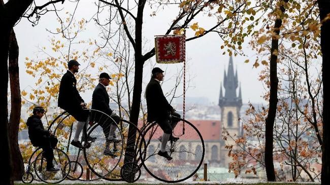 Peserta mengenakan kostum tokoh bersejarah dan megendarai sepeda roda besar dalam festival tahunan yang digelar di Praha, Republik Ceko. (REUTERS/David W Cerny)