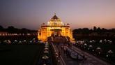 Pemandangan kuil Akshardham dari kejauhan, diterangi oleh lampu dan lampion yang mewarnai Festival Diwali di Gandhinagar, India. (REUTERS/Amit Dave)