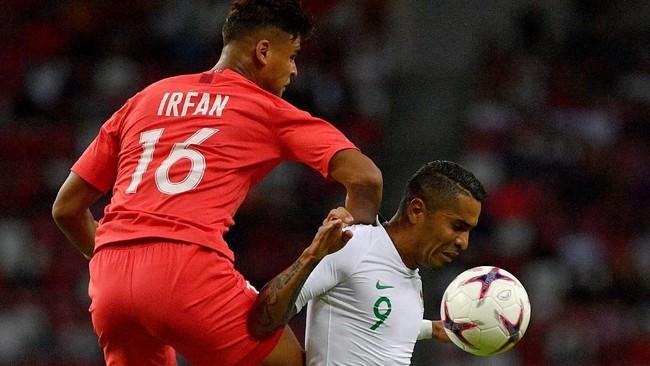 Penyerang Timnas Indonesia Beto Goncalves (kanan) tampil selama 90 menit saat melawan Singapura. Tetapi pemain naturalisasi asal Brasil itu gagal membobol gawang Singapura. (ANTARA FOTO/Sigid Kurniawan/pd)