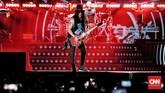 Slash, gitaris yang tetap mempertahankan gaya klasiknya dengan topi tinggi warna hitam, bermandikan pencahayaan panggung di Jakarta, Kamis (8/11). (CNN Indonesia/Andry Novelino)
