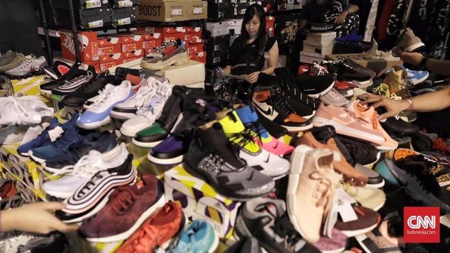 Sepatu sneakers yang dijual pada Urban Sneaker Society (USS) dijual dengan rentang harga ratusan ribu hingga puluhan juta rupiah. (CNN Indonesia/Hesti Rika)