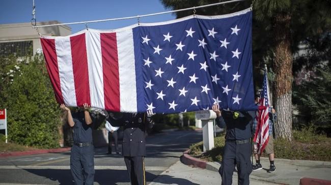 Sebagai simbol duka atas insiden ini, Presiden Donald Trump memerintahkan pengibaran bendera setengah tiang di Gedung Putih dan gedung pemerintahan lainnya. (David McNew/Getty Images/AFP)