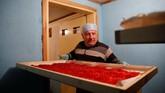 Kyrou sendiri merupakan warga asli Yunani yang membuka kantor teknik di desanya, Krokos. Namun, sebagian besar penghasilan didapatnya dari empat hektar tanah yang ditanaminya dengan safron. (REUTERS/Alkis Konstantinidis)