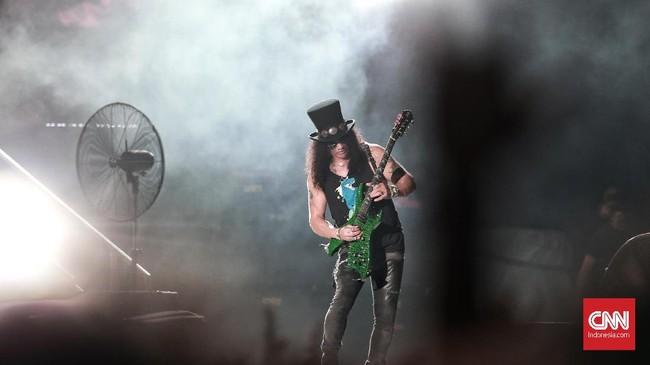 Tampil dalam formasi klasik, Guns N Roses pun membawakan lagu-lagu populer yang masih terekam jelas di benak penggemar. (CNN Indonesia/Andry Novelino)