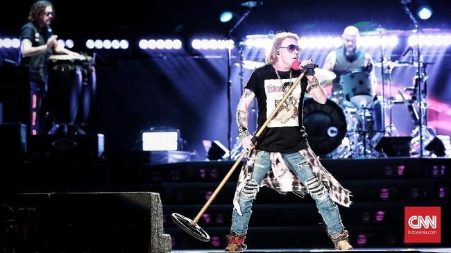 Menolak menggunakan aksi pembuka, Kikan ex Cokelat sempat menggaungkan 'Indonesia Raya' sebelum Guns N Roses membuat penonton bernostalgia selama kurang-lebih tiga jam. (CNN Indonesia/Andry Novelino)