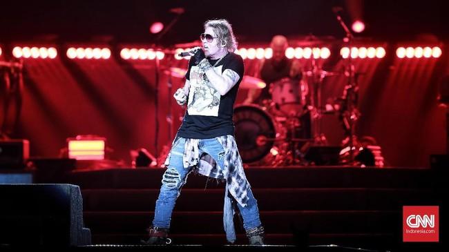 Axl Rose, vokalis ikonik yang tak banyak berbasa-basi dengan penonton ini masih punya karisma dan kemampuan memadai di usia menginjak setengah abad lebih. (CNN Indonesia/Andry Novelino)