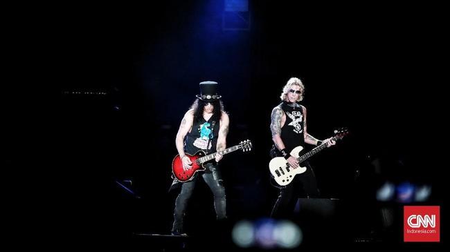 'Not in This Lifetime... Tour' merupakan tur penuh makna bagi Guns N Roses, di mana wajah-wajah lama kembali berbagi panggung, melengkapi nostalgia penonton.(CNN Indonesia/Andry Novelino)