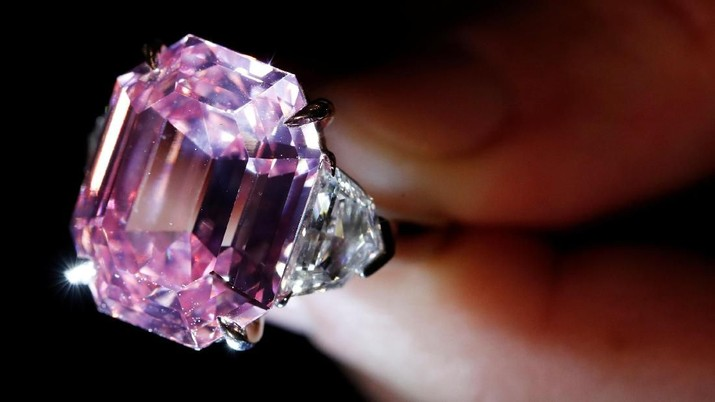 A Christie's staff holds a 18.96 carat Fancy Vivid Pink Diamond during a preview in Geneva, November 8, 2018. REUTERS/Denis Balibouse  TPX IMAGES OF THE DAY