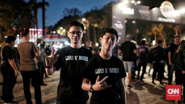 Jarak antar-generasi dipersatukan oleh musik, itulah yang tampak di konser Guns N Roses di Jakarta, Kamis (8/11).(CNN Indonesia/Andry Novelino)