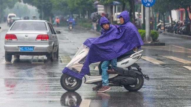 5 Sikap Pengendara Motor Sebelum 'Hujan-hujanan'