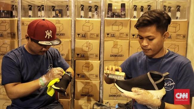 Tak hanya sepatu yang disediakan, USS juga menghadirkanstan jasa membersihkan sepatu. Setiap dibersihkan, pelanggan kudu membayar harga dari Rp50 ribu hingga Rp200ribu. (CNN Indonesia/Hesti Rika)