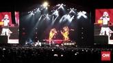 Kemegahan konser Guns N Roses yang membawakan sekitar 28 lagu membuat penonton larut dalam euforia rock di Jakarta, Kamis (8/11).(CNN Indonesia/Andry Novelino)