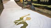 Perajin Batik Laweyan, Solo, Jawa Tengah mewarnai batik tulis bertutur sejarah perjuangan pahlawan nasional, Bung Tomo di rumah produksi Mahkota, Rabu (7/11). (ANTARA FOTO/Maulana Surya)