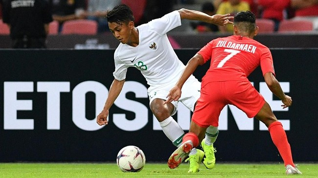 Febri Hariyadi (kiri) yang bermain sebagai sayap kiri Timnas Indonesia gagal memberikan kontribusi maksimal untuk Skuat Garuda. Akselerasi Febri kerap 'dimatikan' pemain-pemain Singapura. (ANTARA FOTO/Sigid Kurniawan/pd)