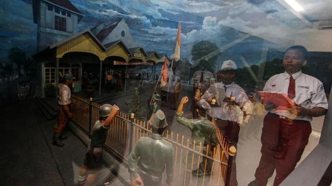 Pelajar tengah koleksi yang dipajang di Museum Satriamandala, Jakarta, Kamis (8/11), dalam rangka memperingati Hari Pahlawan(ANTARA FOTO/Rivan Awal Lingga/hp.)