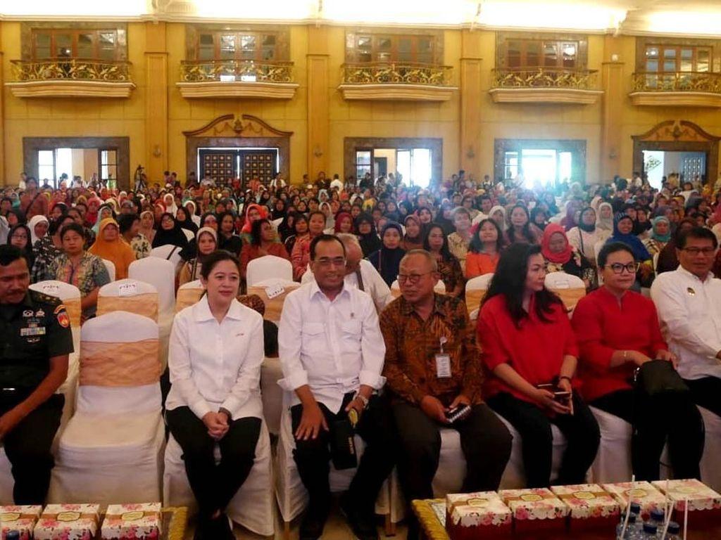 Menteri Perhubungan (Menhub) Budi Karya Sumadi bersama Menteri Koordinator Bidang Pembangunan Manusia dan Kebudayaan (Menk PMK) Puan Maharani menghadiri Dialog Nasional ke 30 Indonesia Maju di Solo, Jawa Tengah.