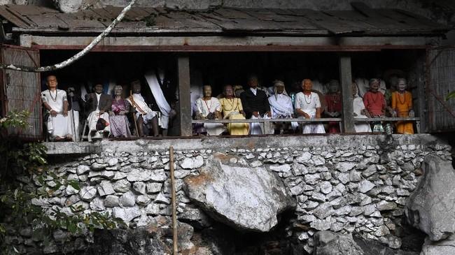 Disini jenazah itu disusun berdasarkan hierarki sosial. Biaya untuk upacara ini bisa menghabiskan hingga Rp2 miliar. (AFP/GOH Chai Hin)
