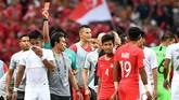 Putu Gede Juni Antara (kedua kiri) dikartu merah wasit Hien triet Nguyen pada menit ke-93 usai mendapat kartu kuning kedua. (ANTARA FOTO/Sigid Kurniawan/pd)