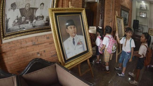 Sejumlah murid TK juga mengunjungi Perpustakaan dan Museum Agung Bung Karno di Denpasar, Bali, Sabtu (10/11). Kunjungan itu dilakukan untuk memberikan pengetahuan dan wawasan tentang sejarah perjuangan bangsa (ANTARA FOTO/Fikri Yusuf/kye.)