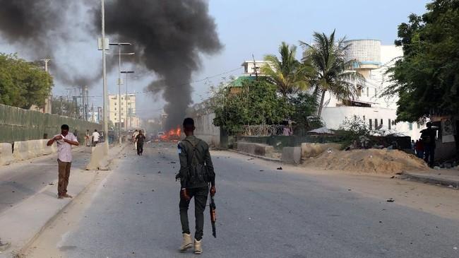 Sekitar 20 orang tewas dan puluhan orang lainnya terluka akibat rangkaian ledakan dan serangan senjata tersebut. (REUTERS/Feisal Omar)
