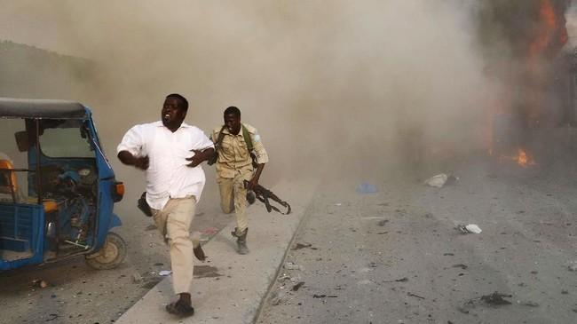 Rangkaian ledakan bom dan serangan bersenjata mengguncang ibukota Somalia, Mogadishu, pada Jumat (9/11) waktu setempat. (REUTERS/Feisal Omar)