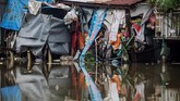 Ada rumah dengan bangunan tinggi, ada pula yang pendek. Sebagian berbentuk miring, menjorok ke tepi sungai yang tercemar. (AFP/Kao Nguyen)