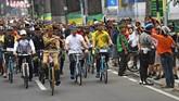 Di Bandung, Presiden Joko Widodo bersepeda sembari mengenakan baju pejuang Bung Tomo didampingi Kepala Staf Presiden Moeldoko (kiri) dan Gubernur Jawa Barat Ridwan Kamil (ketiga kiri), Sabtu (10/11). (ANTARA FOTO/Wahyu Putro A/pras.)