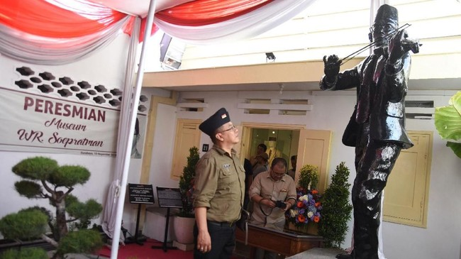 Wali Kota Surabaya Tri Rismaharini meresmikan museum WR Supratman, di Jalan Mangga, Tambaksari, Surabaya, Jawa Timur, tepat pada Hari Pahlawan (10/11). (ANTARA FOTO/M Risyal Hidayat/kye.)
