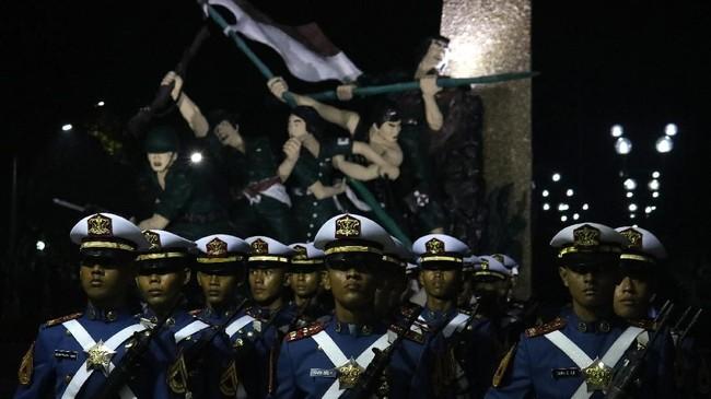 Personel TNI, Polri, ormas, pramuka dan pelajar mengikuti Apel Kehormatan dan Renungan Suci di Taman Makam Pahlawan Kusuma Bangsa Surabaya, untuk mengenang jasa pahlawan,Sabtu (10/11). (ANTARA FOTO/Didik Suhartono)