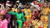 Sejumlah murid sekolah dasar di Kendari, Sulawesi Tenggara mengenakan berbagai pakaian adat saat mengikuti pawai peringatan Hari Pahlawan 2018, Sabtu (10/11) dengan tema Semangat Pahlawan Di Dadaku. (ANTARA FOTO/Jojon/kye)