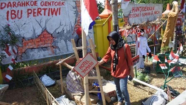 Warga melihat seni instalasi perjuangan di SMAN 1 Tenggarang dalam rangka memperingati Hari Pahlawan di Bondowoso, Jawa Timur, Sabtu (10/11). (ANTARA FOTO/Seno/kye.)