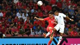 Bek kanan Timnas Indonesia Putu Gede Juni Antara (kanan)berduel di udara dengan pemain Singapura Gabriel Quak Jun Yi. (ANTARA FOTO/Sigid Kurniawan/pd)