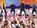 Aksi Backstreet Boys Lempar Pakaian Dalam saat Konser