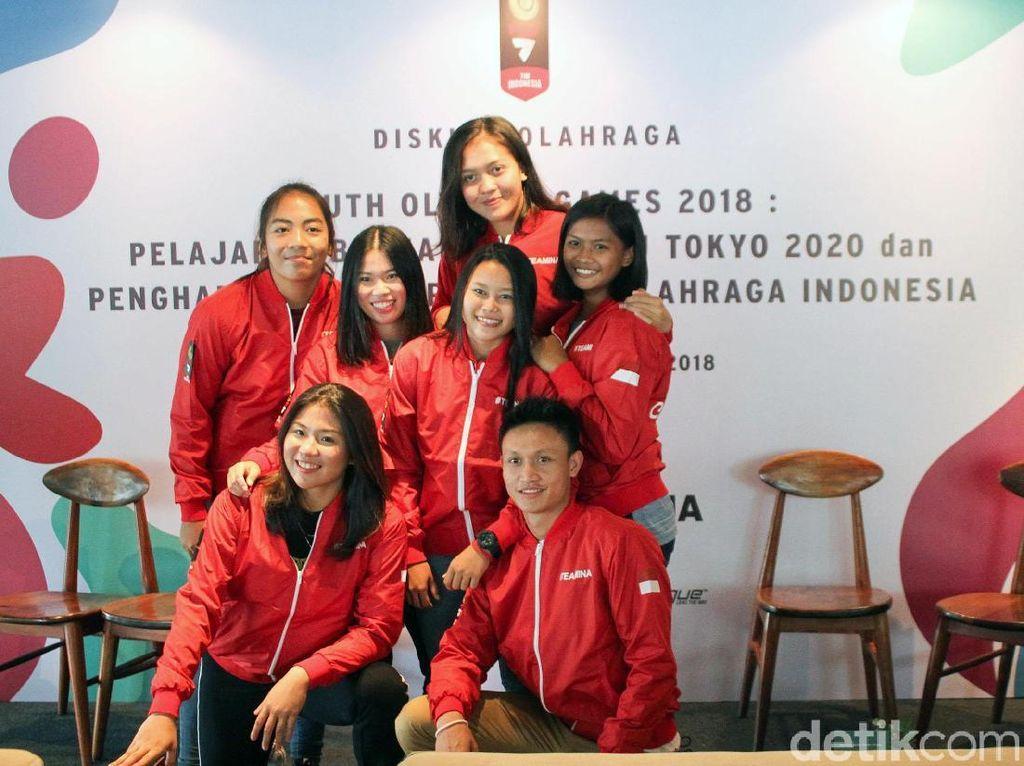Sejumlah atlet berfoto bersama dalam acara diskusi olahraga Youth Olympic Games 2018: Pelajaran Berharga Menuju Tokyo dan Penghargaan Bagi Pahlawan Olahraga Indonesia.